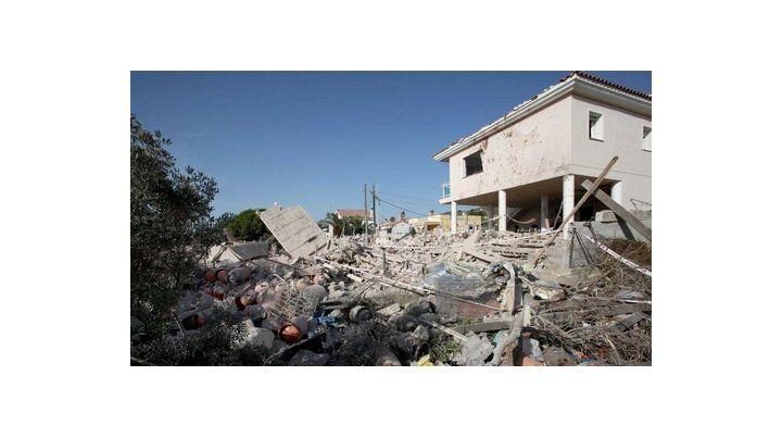 Destrucción. El escondite de la célula terrorista voló por los cielos tras una explosión aparentemente accidental.