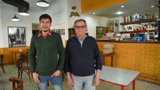 gente de laburo. Daniel Medina y su padre, junto con otro hermano, trabajan desde hace trece años el bar de Sarmiento y San Juan.