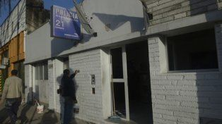 pintando. El frente de la comisaría sufrió daños en vidrios y paredes.