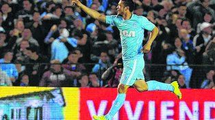 Grita un gol. Vittor, con la camiseta de Racing, demostró tener un buen juego aéreo.