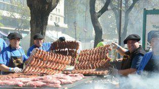 Los maestros parrilleros compiten por el título de mejor asador de la Argentina frente al Obelisco