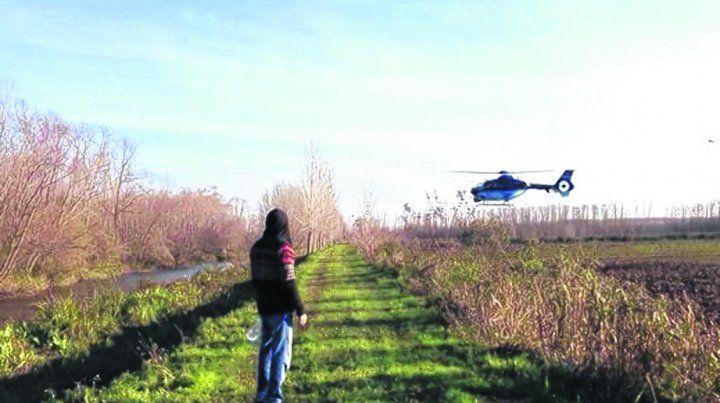 tareas. Un helicóptero de las fuerzas de seguridad desciende en la zona.