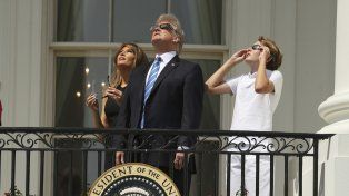 Trump vio el eclipse junto a su familia desde el balcón de la Casa Blanca