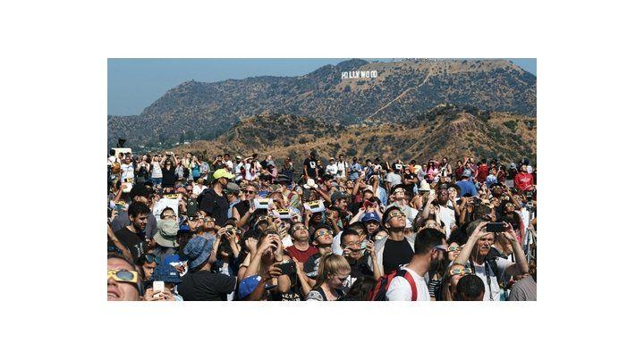 los ángeles. Una multitud instalada en el parque del Observatorio Griffith