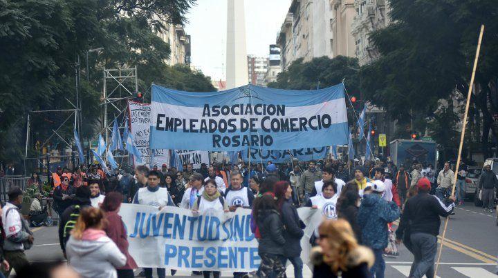 Una columna de la Asociación Empleados de Comercio sobresale sobre Diagonal Sur camino de la Plaza de Mayo.