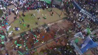 Incidentes entre manifestantes frente al escenario en la previa el acto de la CGT