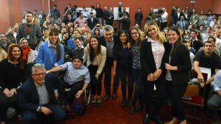 Macri encabezó un acto en la Casa Rosada junto a jóvenes que consiguieron su primer empleo en una empresa informática.