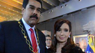 La expresidenta Cristina Kirchner con Maduro y la condecoración.