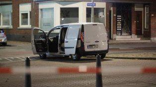 La camioneta secuestrada por la Policía tenía garrafas y patente española. Un hombre fue detenido.