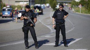 En alerta. Policías españoles realizan operativos de seguridad al oeste de la capital catalana.