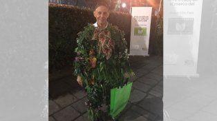 La imagen. El ministro Bergman explicó por qué se disfrazó de arbusto. La imagen se viralizó.