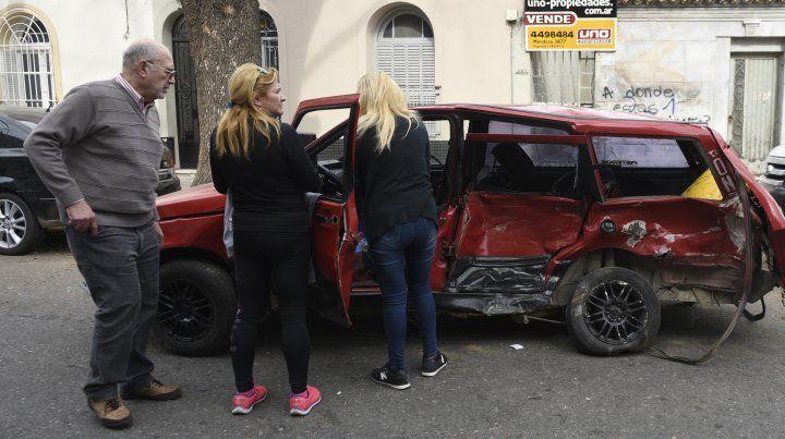 Familiares de Núñez junto al vehículo en el que iba la víctima.