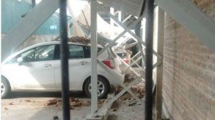 Se desplomó una pared de una obra y cayó sobre varios autos de un estacionamiento