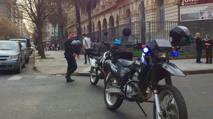 Las calles aledañas al colegio fueron cercadas por precaución. (Foto vía Twitter @ABCfilmaciones)
