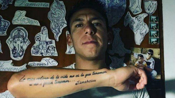 El jugador leproso lució orgulloso su nuevo tatuaje.