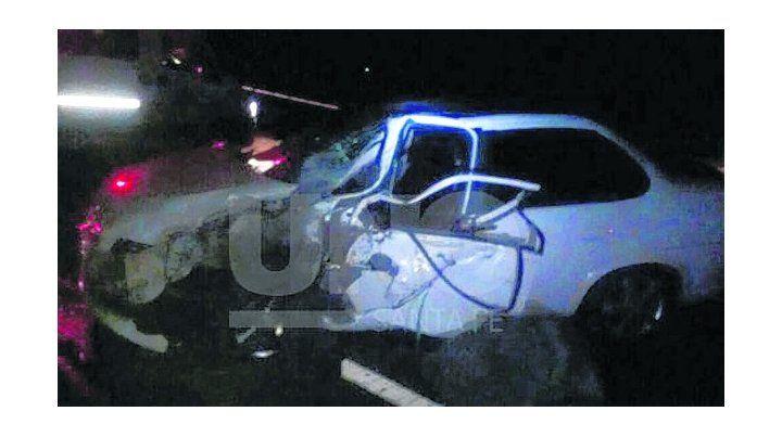 destrozos. El impacto entre los dos autos los dejó destrozados.