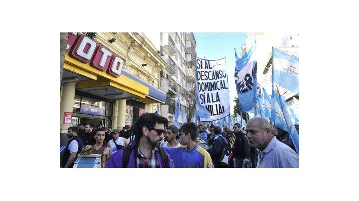 reclamo. Una de las tantas protestas que realizaron los mercantiles para exigir que se aprobara la controvertida ley de descanso dominical.