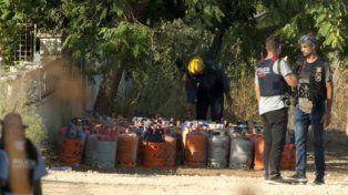 Búsqueda de pruebas. Las garrafas de gas en la vivienda de Alcona donde se produjo la explosión.