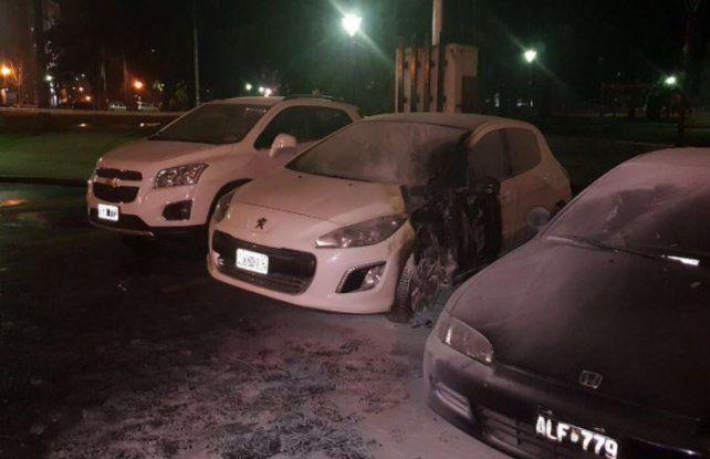 Incendiaron intencionalmente dos autos frente al Ministerio de Seguridad de Buenos Aires