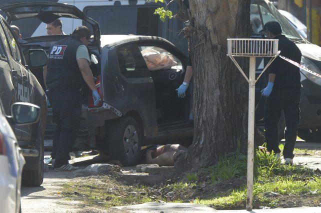 El VW Up en el que se movilizaban Medina y Ocampo terminó chocando contra un árbol tras la balacera policial.