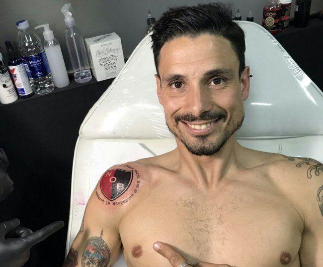 Para siempre. El Tano Vella luce orgulloso su tatuaje recién hecho