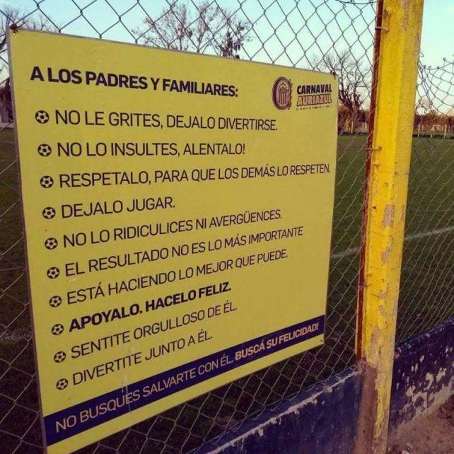El cartel. La imagen se volvió viral en las redes sociales por su mensaje contra la violencia en el fútbol infantil.