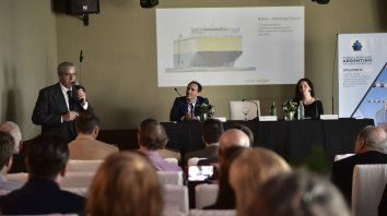 El subsecretario de Puertos y Vías Navegables, Jorge Metz (izq.), disertó ayer en La Fluvial.