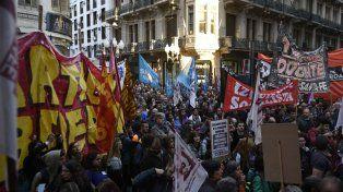 Protesta de organizaciones y partidos de izquierda frente a la puerta de la Bolsa de Comercio.