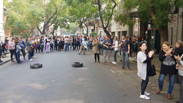 Concentrados. Los trabajadores protestaron frente a la clínica rosarina