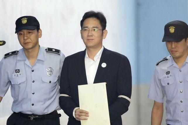 Sentencia. Lee es escoltado por policías a su llegada a la corte de Seúl.