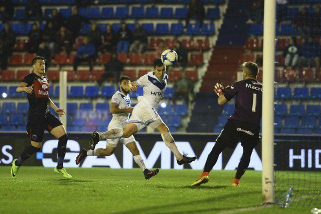 Uno de los goles de Vélez en Victoria.