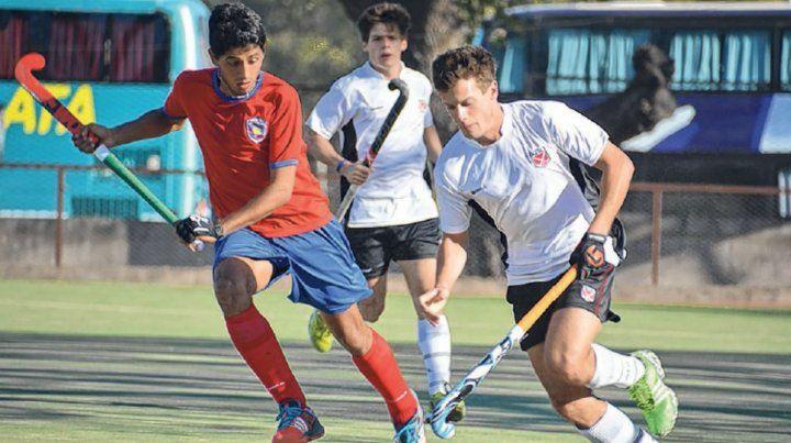 El volante Lucas Harte maniobra ante la marca rival en el partido ante Santiago del Estero.