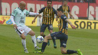 El eterno Clemente Rodríguez traba justo ante la entrada de Fernando Zampedri.
