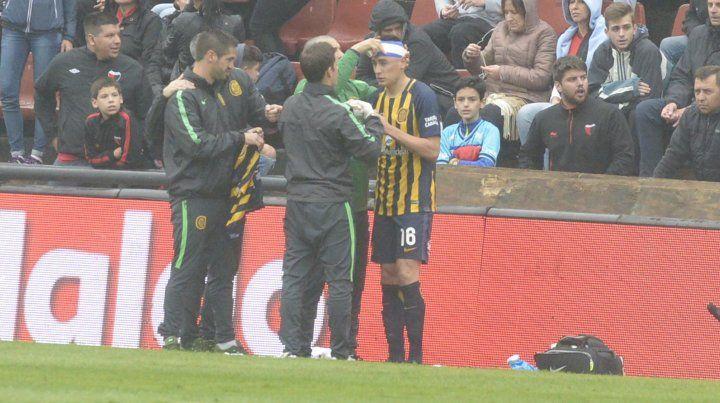 Los integrantes del cuerpo médico canalla le aplican un vendaje a Mauricio Martínez.