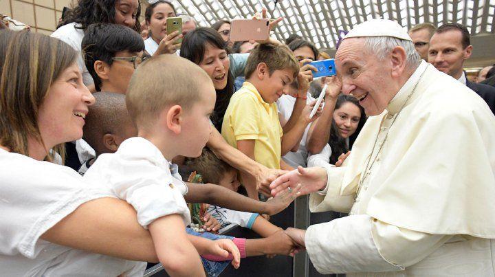 Francisco saluda a familias y niños. La postal es una constante en cada visita que el Papa realiza por el mundo.