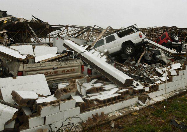 Demoledor. Harvey dejó una montaña de escombros mezclados con vehículos en Rockport