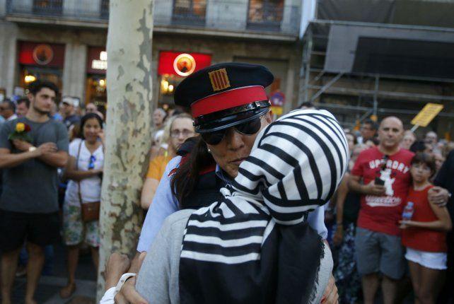 Sin religiones. Una musulmana se funde en un abrazo con una policía.