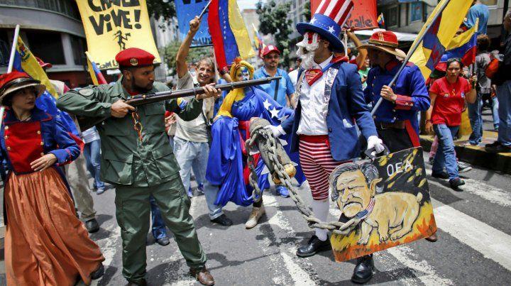 Rechazo. Un chavista simula el arresto del imperialista Tío Sam durante una marcha a favor de Maduro.