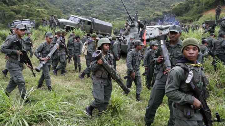 Juegos de guerra. Soldados ejercitan en una zona montañosa.