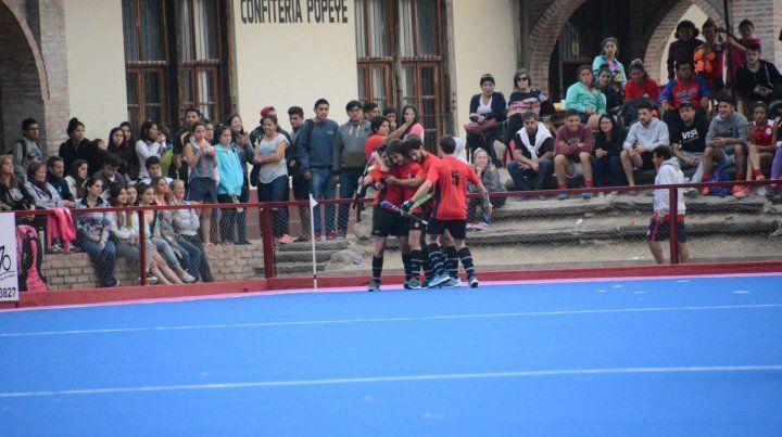 Victoria y a definir el título. Así festejaron la conquista de Francisco Alfonso los jugadores de Litoral en la semifinal ante Mendoza.
