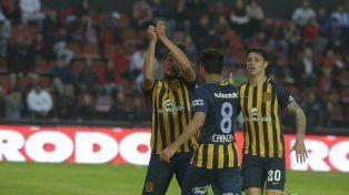 Festejo. Camacho simula haber pescado un gol tras la apertura ante Colón. Se suman Carrizo y Zampedri.