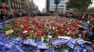 Manifestantes depositan velas y dejan mensajes en la Rambla