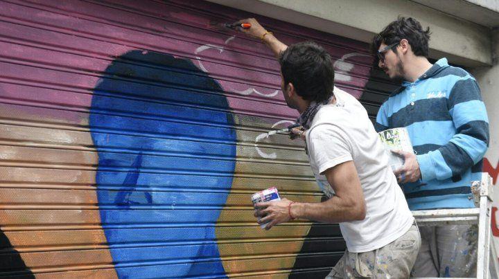 Los artistas que intervinieron las persianas de calle San Luis utilizaron la paleta de colores de los 60 de Juan Grela.