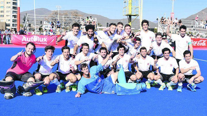 Inolvidable. Los jugadores del Litoral celebran en la cancha de Popeye luego del primer título argentino de selecciones mayores
