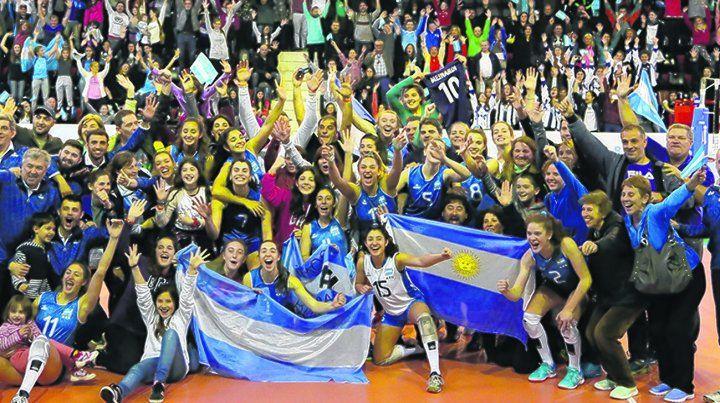 La celebración.Las chicas argentinas coronaron el mejor Mundial en Newells.