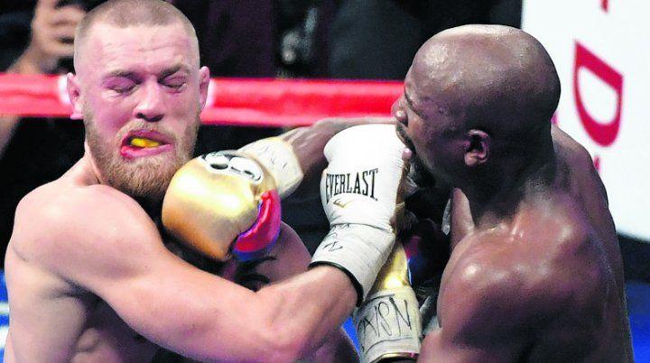 Sin piedad. Mayweather le llenó la cara de manos al pobre McGregor.