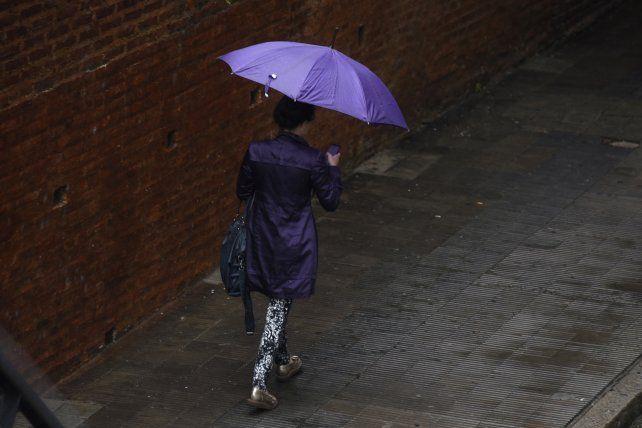 Paraguas a mano. El lunes llegan con anuncios de lluvias