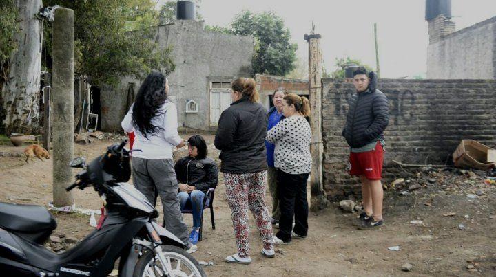 Familiares y vecinos de las víctimas frente a la casa donde ocurrió todo.