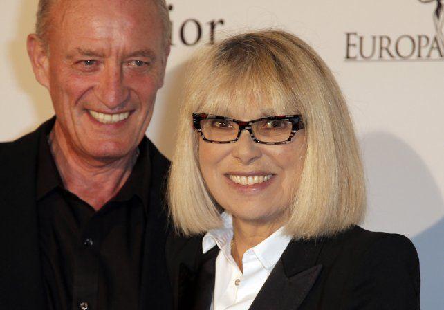 Mireille Darc en una fotografía junto a su último marido