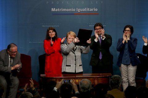 entusiasmo. Bachelet exhibe el proyecto ya firmado. Chile fue llevado ante la CIDH por ser de los pocos que aún prohíbe el matrimonio igualitario.